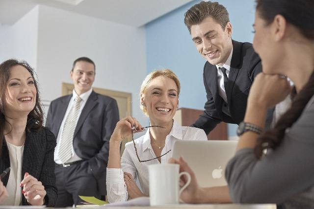 会社・組織での社員の仕事風景